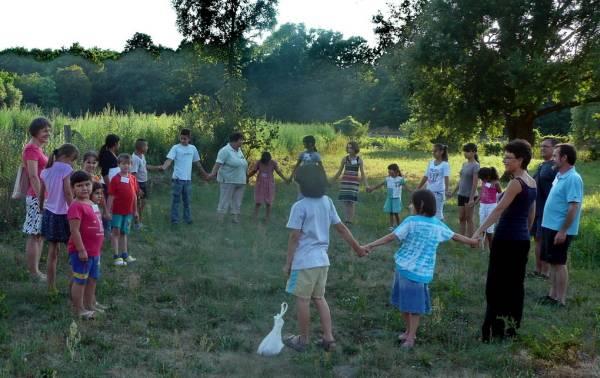 Közösen játszunk a szabadban. Sok-sok gyerek és a segítők