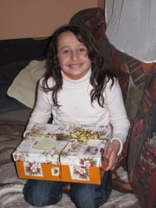 mosolygó lány ajándékcsomaggal