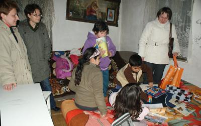 Megérkeztek az ajándékcsomagok az egyik családhoz