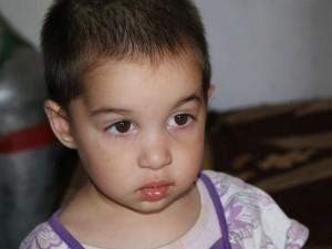 lila ruhás kislány arckép
